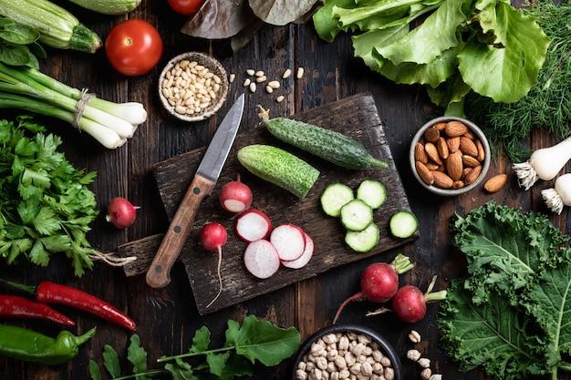 さまざまな農場の野菜とハーブ