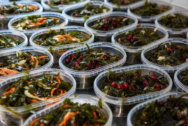 Различная рыба и салат из морских водорослей чука вакаме