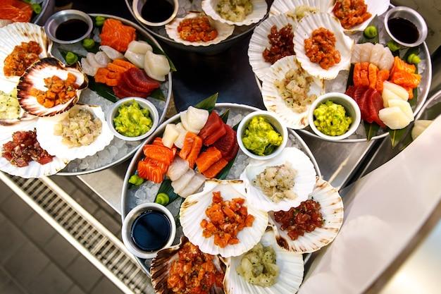 Сырые блюда из рыбы, натуральные морепродукты