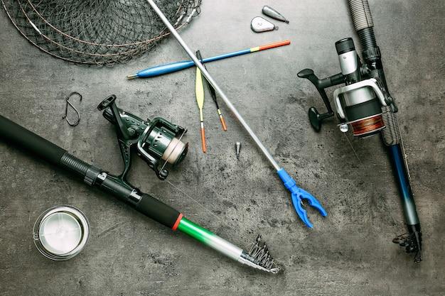 グランジ背景のさまざまな釣りアクセサリー