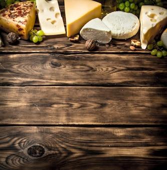 Сыры с разными вкусовыми добавками, грецкими орехами и белым виноградом.