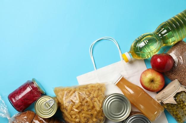 Различная еда на голубом космосе, взгляд сверху. концепция пожертвования