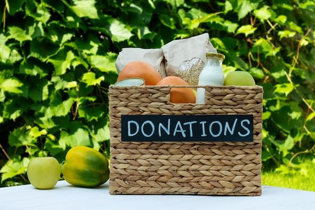 Различная еда со знаком пожертвований мелом