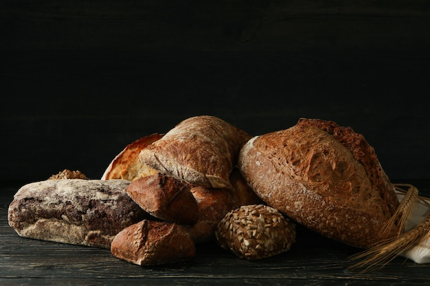 木製の背景にさまざまな新鮮なベーカリー製品