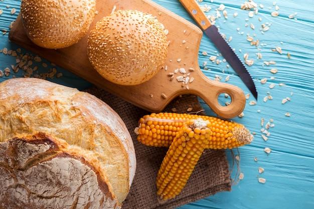 青い背景にさまざまな焼きたてのパンとパン