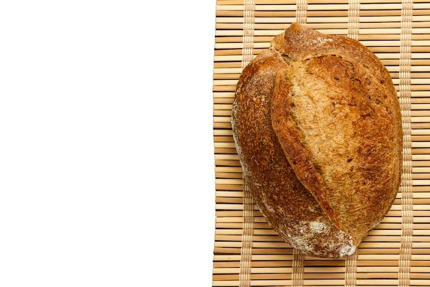 흰색 표면에 고립 된 나무 판자에 다른 신선한 빵