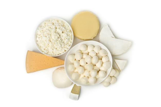 Различные свежие молочные продукты, изолированные на белом фоне