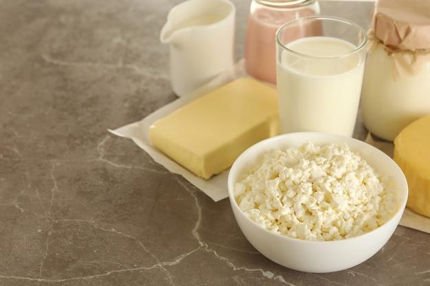 Различные свежие молочные продукты на сером столе, место для текста