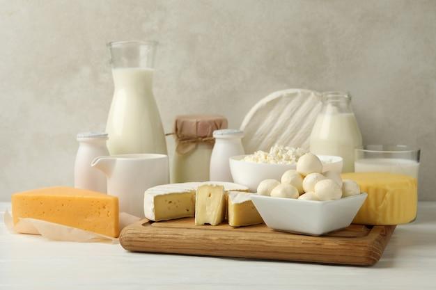 Различные свежие молочные продукты на белом деревянном столе