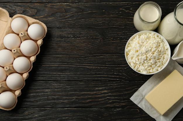 Различные свежие молочные продукты на деревянных фоне, место для текста