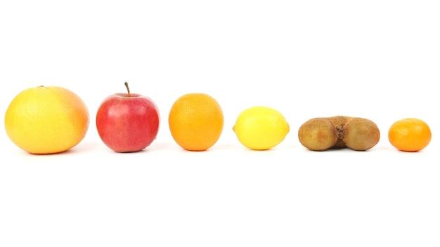 白い背景の上の別の果物。健康的な新鮮な野菜と食品