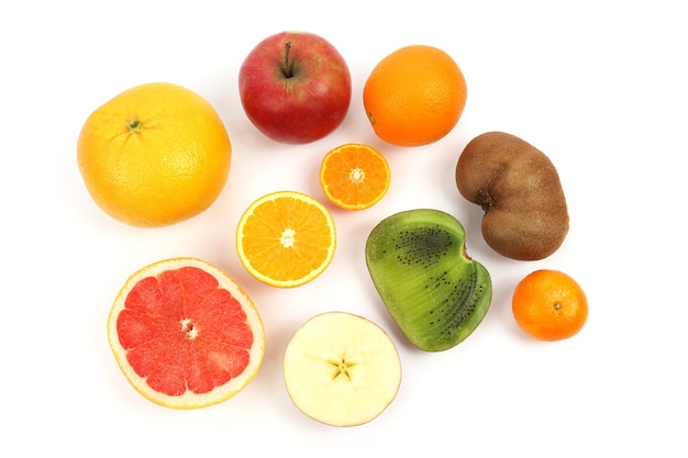 白いテーブルの上の別の果物