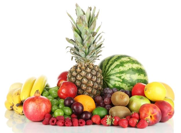 白で分離されたさまざまな果物
