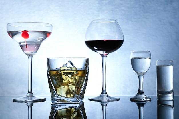 컬러 배경에 다양한 와인과 증류주