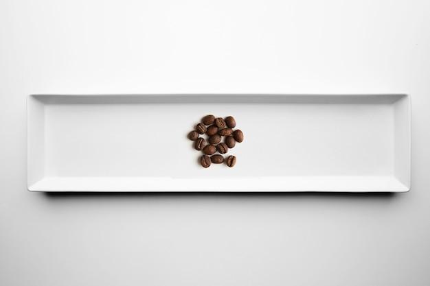 흰색 접시, 평면도에 고립 된 장인 전문 로스팅 커피의 다른 등급