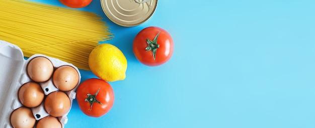파란색 배경에 다른 건강 식품입니다. 평면도. 과일, 야채, 계란 및 식료품 온라인 상점. 배너