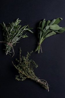 Различные травы в черном столе, вид сверху