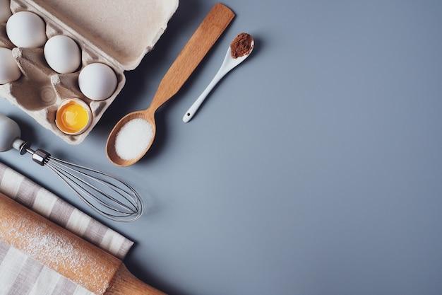 쿠키 또는 컵 케이크, 평평한 평신도, copyspace를 만들기위한 다른 재료와 주방 용품.