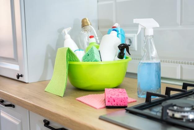 あなたの台所を掃除するためのさまざまなアイテム。コンセプトクリーニング