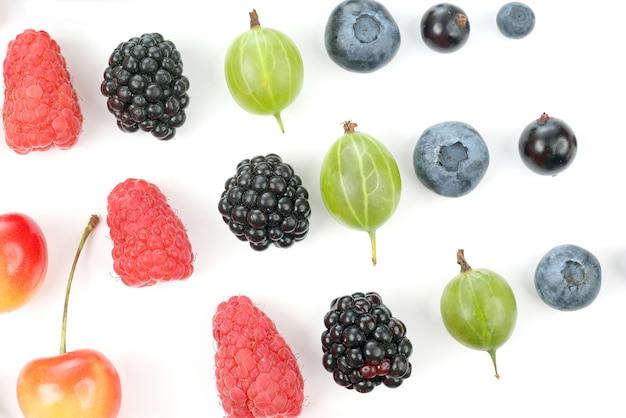 다른 육즙이 많은 열매는 흰색 배경에 행에 배치됩니다. 유용한 비타민 식품
