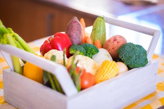 白赤黄と緑の色のさまざまな種類の新鮮な野菜健康的な食事の概念