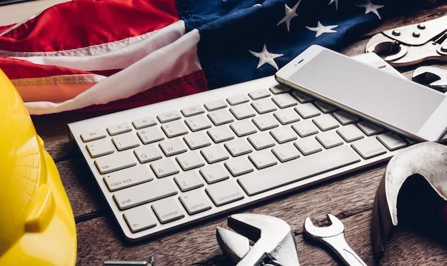 키보드에 미국 국기와 스마트폰 빈 화면이 있는 다른 종류의 렌치