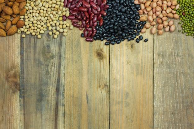 나무 배경에 흩어져 콩의 종류