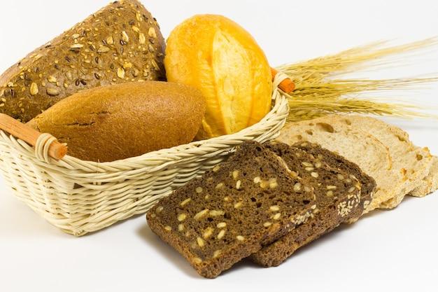 고리 버들 바구니에 빵의 다른 종류. 밀 이삭