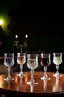 Различные виды напитков в старинных бокалах для коктейлей в баре
