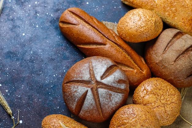 背景、トップビューとしてさまざまな種類の焼きたてのパン