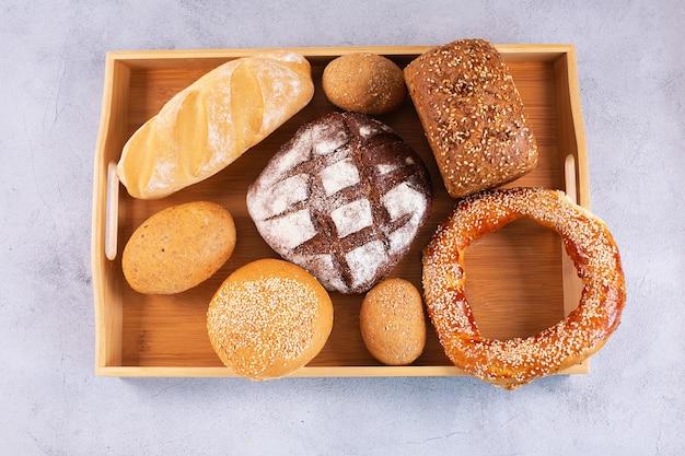 쟁반에 있는 다양한 종류의 신선한 빵