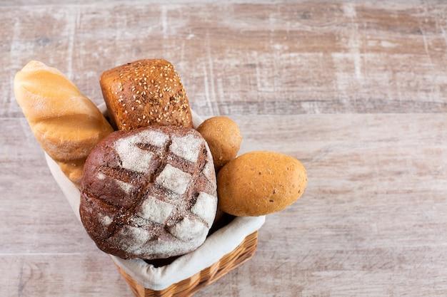 バスケットに入ったさまざまな種類の焼きたての自家製パン