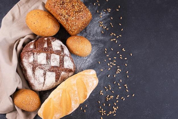 다양한 종류의 신선하고 소박한 수제 바삭한 빵