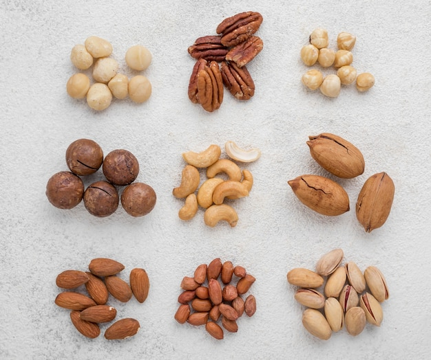 Различные виды орехов в стопках