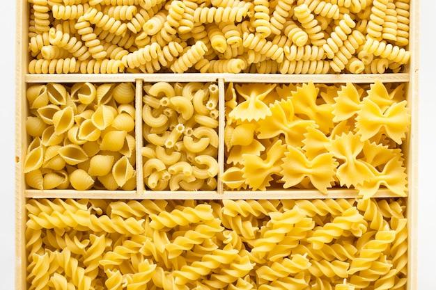 Различные виды макарон в деревянном ящике