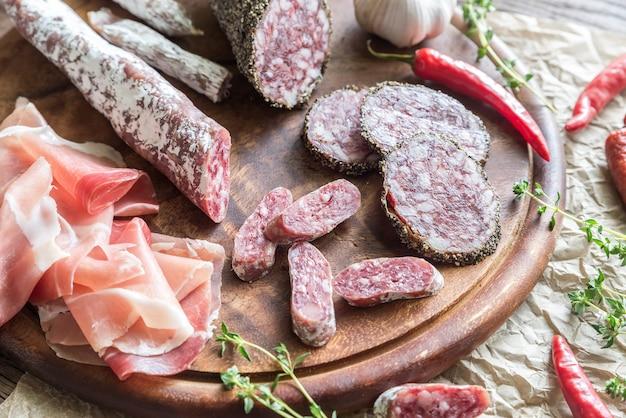 Разные виды колбасы на дереве