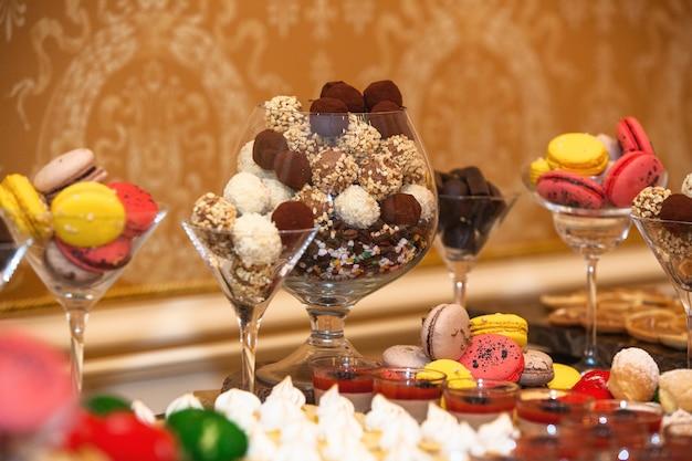 パーティー、ケータリングのビュッフェでさまざまな種類のお菓子やキャンディー