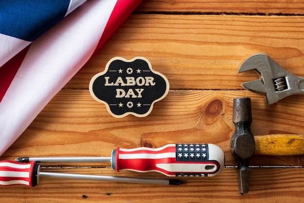 レンチ、便利なツール、アメリカの旗や木製のテーブル上の木製のタグにさまざまな種類。