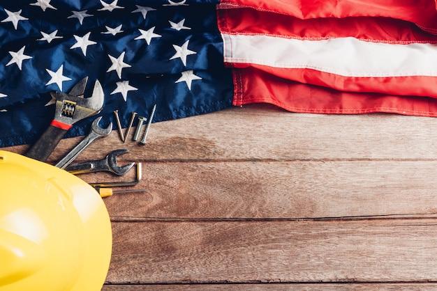 나무 테이블에 미국 국기와 다른 종류의 렌치