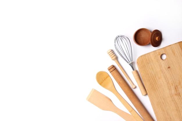 Различные кухонные принадлежности на светлом фоне, вид сверху, кухонная техника, плоская планировка
