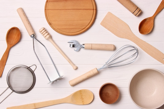 Различные кухонные принадлежности на светлом фоне, вид сверху, кухонная техника