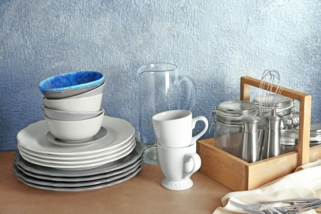 テーブルの上のさまざまな台所用品