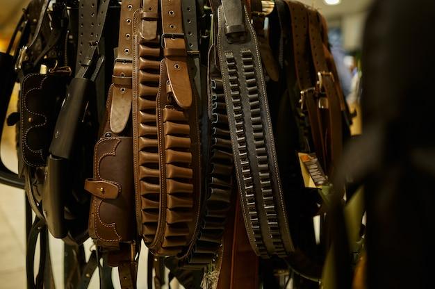 銃店のさまざまな革製の装弾ベルト、誰も