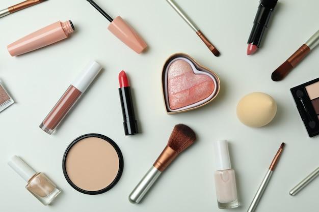 白い背景、上面図にさまざまな化粧品