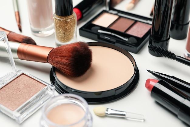 白い背景に、上面に異なる化粧品