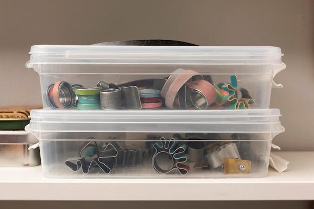 プラスチックの箱の中のさまざまな金属片