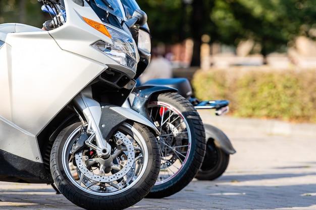 通りの脇に駐車したさまざまなオートバイ、クローズアップ