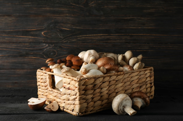 木製の背景、テキスト用のスペース上のバスケットの異なるキノコ