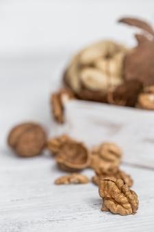 白の異なるナッツのクローズアップ