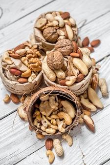 Разные орехи в тарелке крупным планом